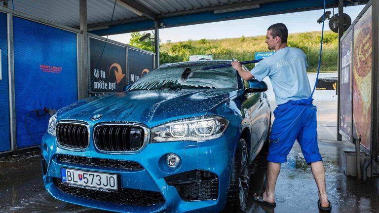 Ako umývať aaký šampón si vybrať na navoskované auto?